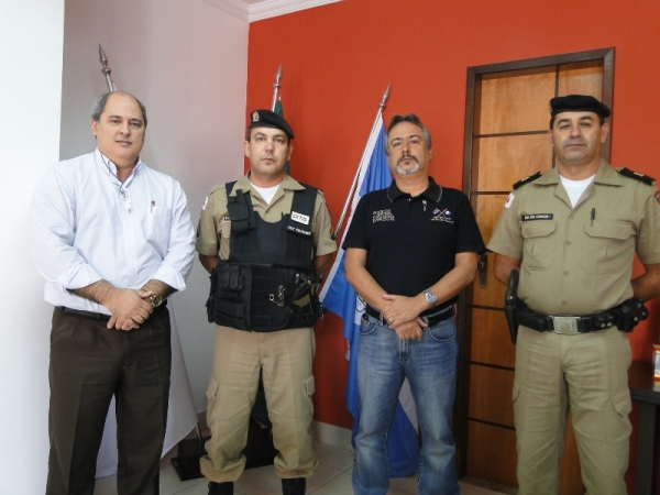 Da esquerda p/ direita: Assessor jurídico, Renato Soares; Sargento Pedroso, Prefeito Robson e o Comandante do Destacamento da PM de Pains, Subtenente Carlos Luiz Costa